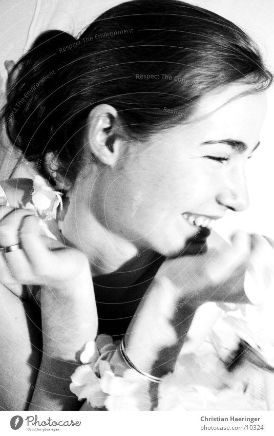 glücklich Frau Jugendliche Hand Freude Blume schwarz Glück lachen Kreis Zähne Lippen Statue Kette gestellt Europäer Gesicht
