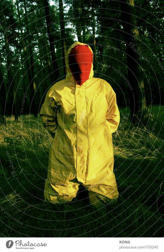 arm dran Mann Natur Freude gelb Wald grau verrückt Trauer Maske Vergänglichkeit Anzug Verzweiflung Knie grau-gelb Schutzanzug