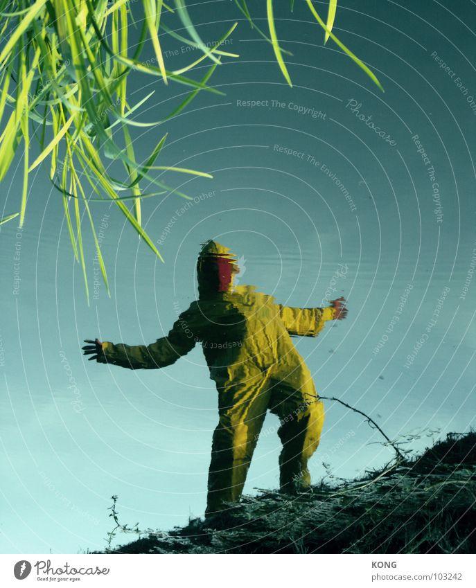 strange planet Mann Natur Wasser Freude gelb grau verrückt Maske Anzug Wasseroberfläche Knie grau-gelb Schutzanzug