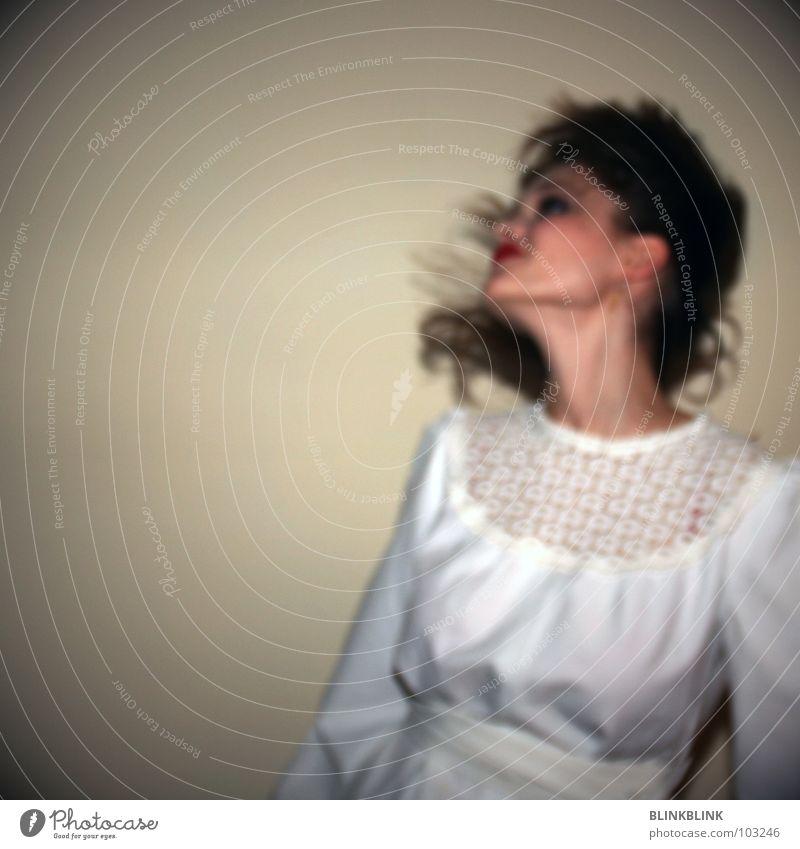 marry me! Frau Braut Wand Kleid weiß Lippenstift schön Unschärfe braun Kinn Haare & Frisuren fliegen Schatte Lampe Spitze Freude Haut Gesicht typisch