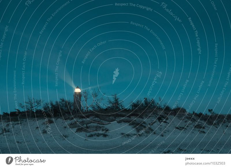 Spitzenlicht Landschaft Wolkenloser Himmel Schönes Wetter Bucht Ostsee Leuchtturm alt groß hell hoch blau gelb Genauigkeit Horizont Idylle Farbfoto
