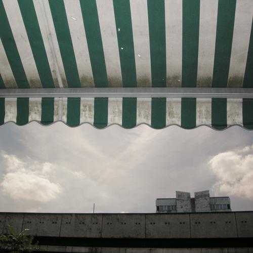 schattenparker Hochhaus Balkon Lampe Fassade Fenster Wohnanlage Stadt rund Pastellton Beton Etage Selbstmörder Raum Mieter Leben live Ghetto Sozialer Brennpunkt