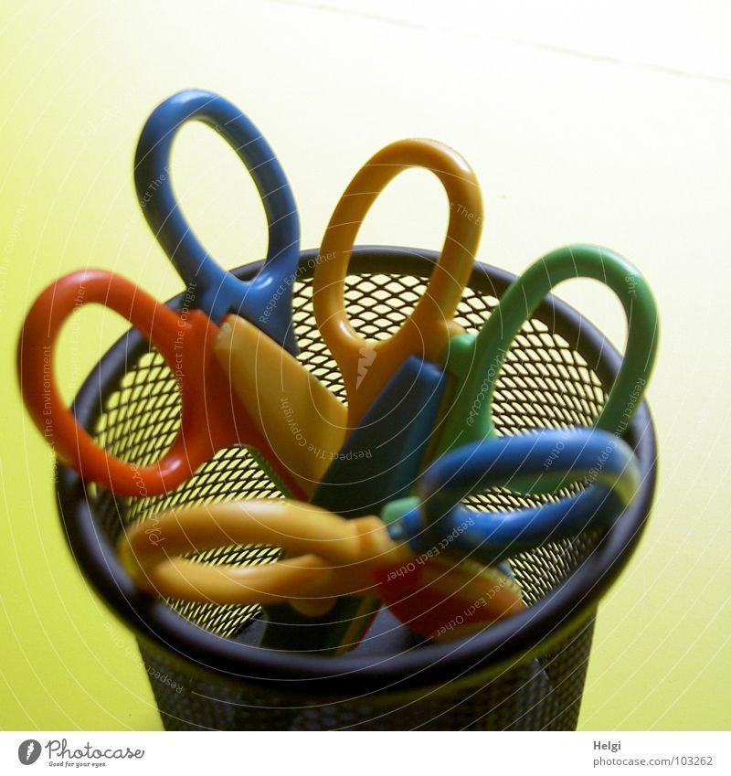 ein Becher buntes... blau grün rot schwarz gelb Kunst stehen Ordnung rund Handwerk Schreibtisch Werkzeug Am Rand vertikal Griff Korb