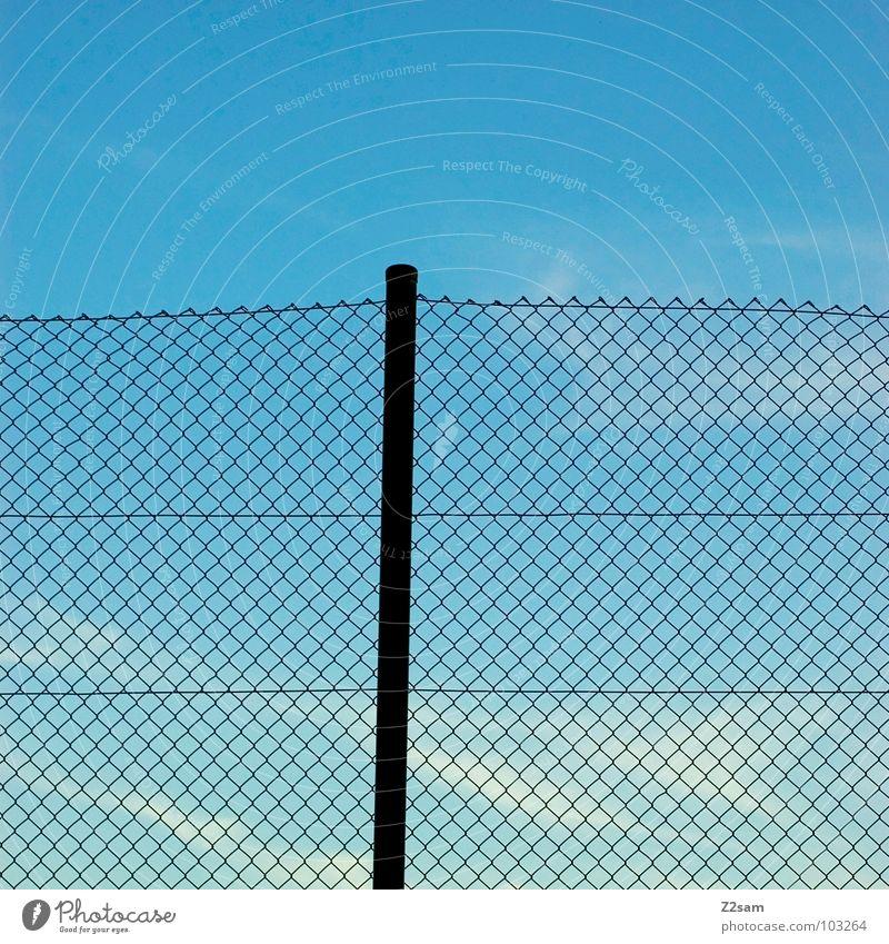 bolzplatz Sportplatz Zaun Stab Himmel Wolken einfach graphisch Maschendrahtzaun Schlaufe geflochten Vernetzung Freizeit & Hobby Pfosten blau sky Netz
