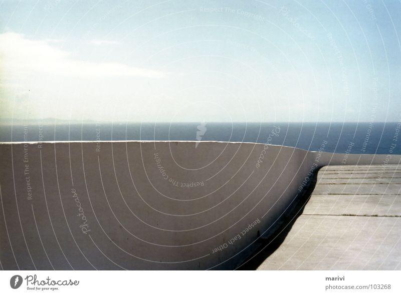 Am Ende der Welt Mauer weiß Platz Meer Sonne biegen geschlängelt Licht Spanien Kap Atlantik Sommer Wasser Europa Himmel Schatten Trennung Finisterre Cabo