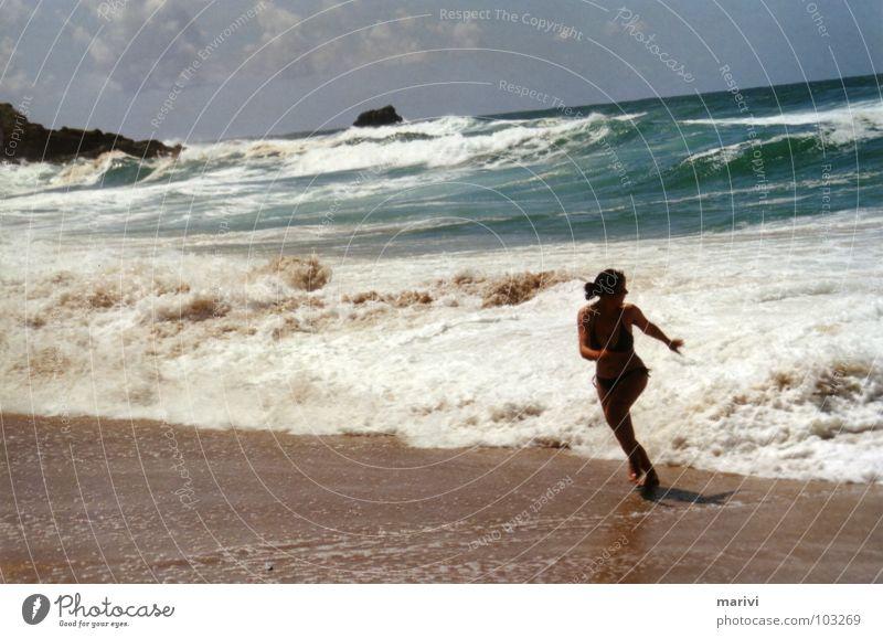 100% pures Adrenalin Frau Wasser Himmel weiß Meer grün blau Sommer Freude Strand Wolken springen Sand Wellen laufen Felsen