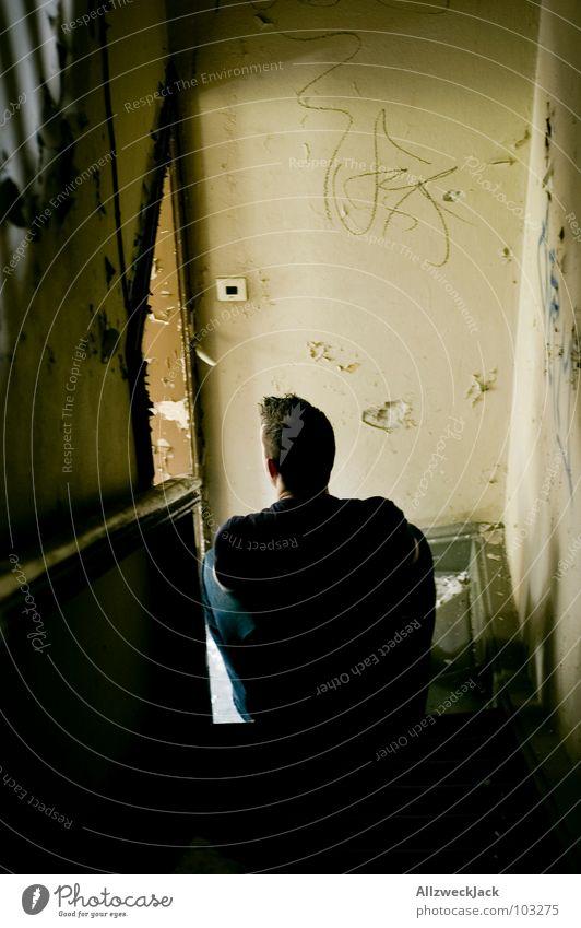 einsam im Hausflur Einsamkeit Mann Ausdauer Trauer Denken Dachboden Flur Verzweiflung warten geduldig schlüssel vergessen Traurigkeit nachdenken melacholie
