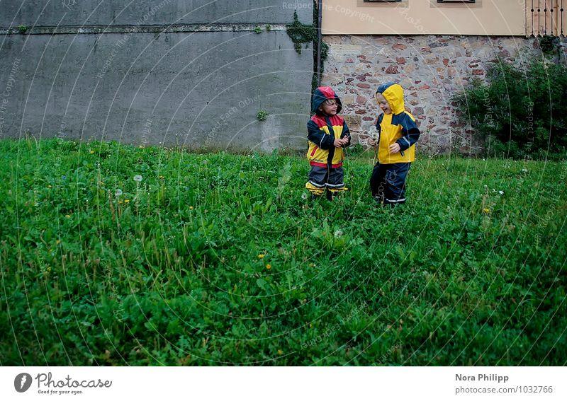 Regenwetter Mensch Kind Natur Umwelt Wand Wiese Gras sprechen Mauer Spielen Freundschaft Zusammensein Freizeit & Hobby Kindheit Fröhlichkeit