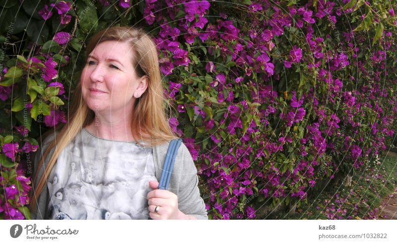 Im Park feminin Frau Erwachsene Pflanze Blume Garten beobachten Blühend Duft gehen Lächeln blond Freundlichkeit Fröhlichkeit violett Zufriedenheit