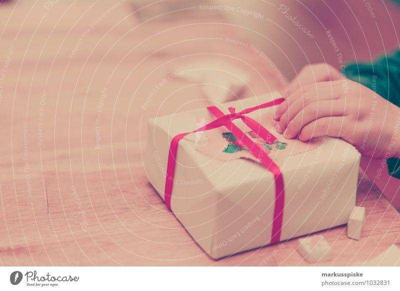 geschenk auspacken Mensch Kind Weihnachten & Advent Hand Gefühle Junge Spielen maskulin Wohnung Freizeit & Hobby Raum Häusliches Leben Kindheit Geburtstag Arme Kreativität