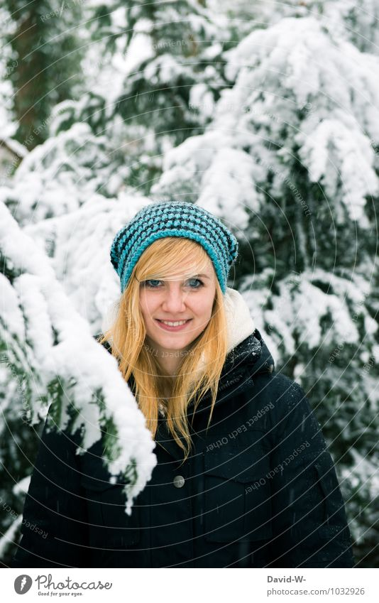 Natürlich(e) Winterschönheit Mensch Frau Natur Jugendliche blau Junge Frau Landschaft 18-30 Jahre Wald Erwachsene Leben Liebe Schnee feminin