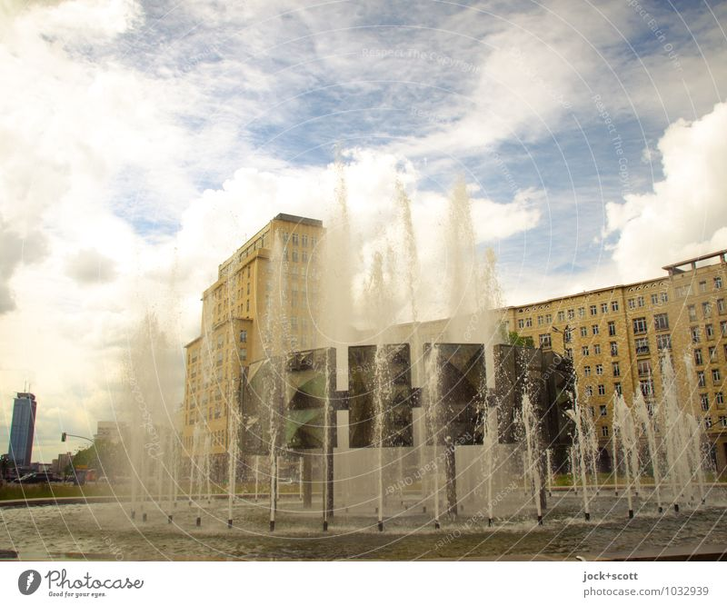 Retro Fontäne am Strausberger Platz Sightseeing Klassizismus Sozialismus DDR Ostalgie Wolken Friedrichshain Stadtzentrum Springbrunnen Sehenswürdigkeit