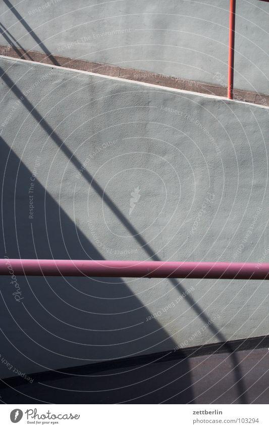 Hoch- und Tiefgarage Haus Wand grau Beton Baustelle Stahl Eisenrohr Langeweile Geländer Einfahrt verteilen Rhythmus Tiefgarage