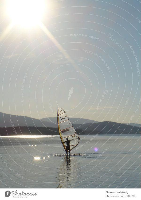 without wind. Surfer langsam Surfen strahlend Sonnenstrahlen See Meer Reflexion & Spiegelung Wasserspiegelung grau Wassersport Außenaufnahme Landschaft hell