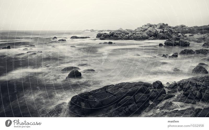 costa litica Landschaft Himmel Wolken Wetter schlechtes Wetter Felsen Wellen Küste Strand Bucht Meer schwarz weiß rau Schwarzweißfoto Außenaufnahme Menschenleer