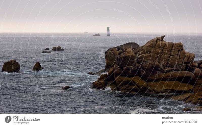 Leuchtturm im Meer Himmel Natur blau Sommer Wasser Landschaft Küste braun Felsen Horizont Wetter Schönes Wetter violett Wolkenloser Himmel