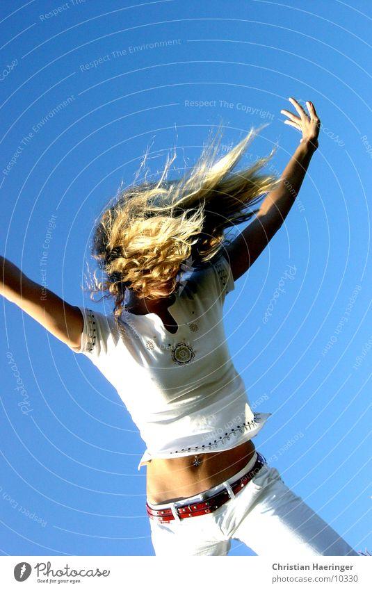 blauer himmel Himmel blond Bauch Piercing Frau sportlich weiß Verlauf Haare & Frisuren Gürtel Mensch