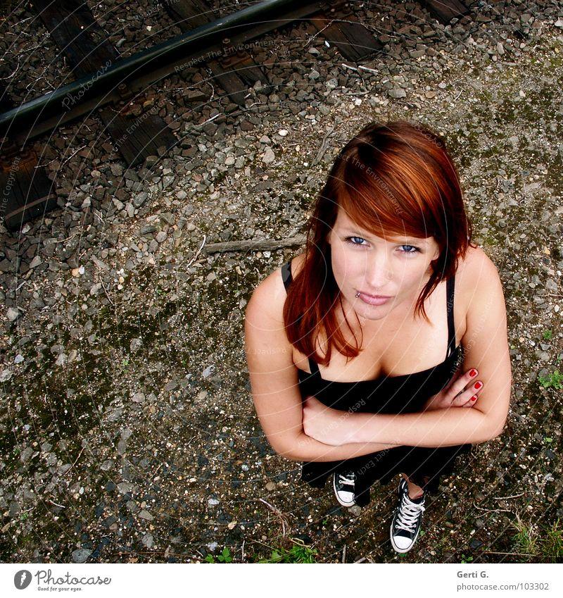 nonverbale Kommunikation Frau Hand schön rot schwarz Gesicht Ferne Auge sprechen braun Kraft Schuhe dreckig Arme Haut Finger