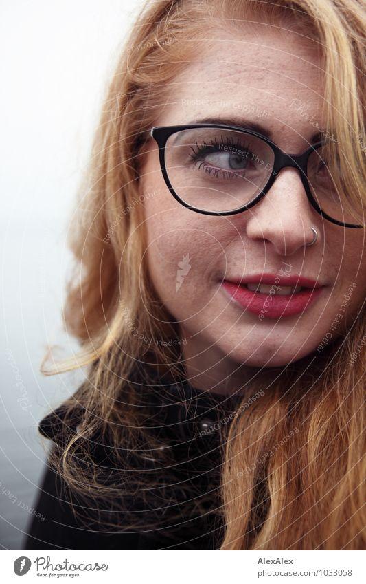 aufmerksam Junge Frau Jugendliche Gesicht Sommersprossen Kinngrübchen 18-30 Jahre Erwachsene Küste Mantel Brille rothaarig langhaarig Wachsamkeit beobachten
