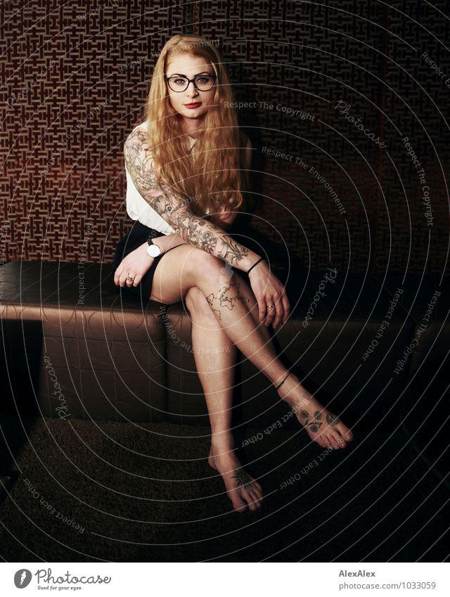 wartet nicht mehr lang Jugendliche schön Junge Frau 18-30 Jahre Erwachsene Gesicht feminin außergewöhnlich Beine sitzen warten ästhetisch beobachten Brille