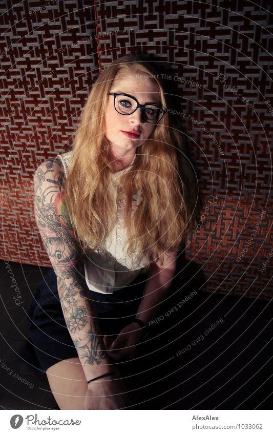 Lanzelotti Jugendliche schön Junge Frau 18-30 Jahre Erwachsene Gesicht außergewöhnlich Raum sitzen Arme warten ästhetisch Brille einzigartig Coolness T-Shirt