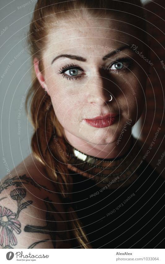 Portrait mit Lanzelotti elegant Nachtleben Junge Frau Jugendliche Auge Sommersprossen Kinngrübchen 18-30 Jahre Erwachsene Piercing Tattoo rothaarig langhaarig