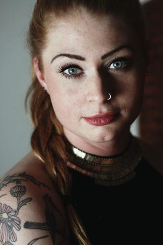 Portrait mit Lanzelotti Jugendliche Stadt schön Junge Frau 18-30 Jahre Erwachsene Auge außergewöhnlich elegant authentisch ästhetisch beobachten Wunsch dünn