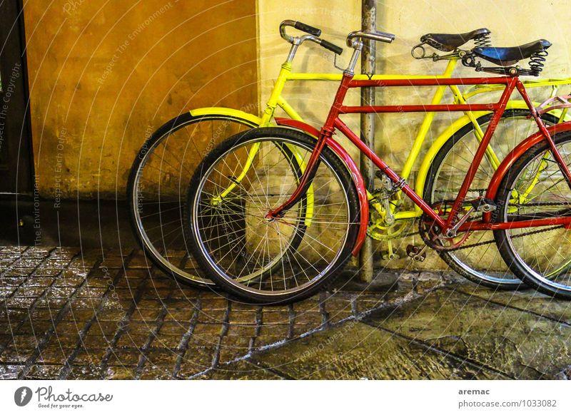 Zweirad Sport Fahrrad Stadt Mauer Wand Fassade Verkehr Verkehrsmittel Fahrradfahren Straße alt sportlich gelb rot altehrwürdig Kopfsteinpflaster Zusammensein