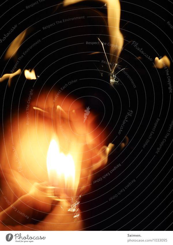 Lightflexxing Hand leuchten hell Feuer Feuerzeug Lichtmalerei Lichtschein Lichtspiel Lichterscheinung dunkel Farbfoto Gedeckte Farben Innenaufnahme