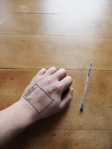 Memento Hand Ordnung Tisch einzigartig Finger Hilfsbereitschaft schreiben Tattoo Schreibstift Zettel innovativ tätowiert erinnern Kugelschreiber