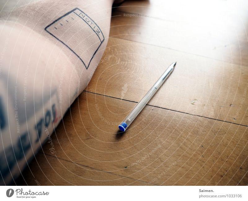 Memento II Körper Arme Bildung kaufen Kreativität planen Tattoo Schreibstift tätowiert Schreibtisch Buchstaben schreiben Notizbuch Zettel Haut Farbfoto