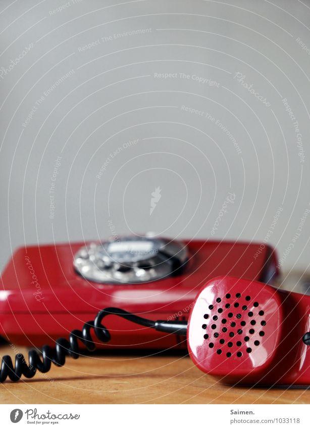 Hallooooo??? Telefon rot Kommunizieren Telekommunikation Telefonhörer retro altehrwürdig sprechen hören Wählscheibe Farbfoto Innenaufnahme Detailaufnahme