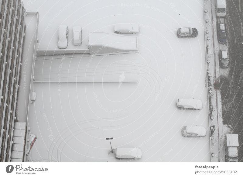 snow à la carte Winter Schnee Hochhaus Balkon Straße PKW hoch kalt Stadt weiß ruhig Perspektive stagnierend Parkplatzbeleuchtung Ausfahrt Einfahrt Spuren