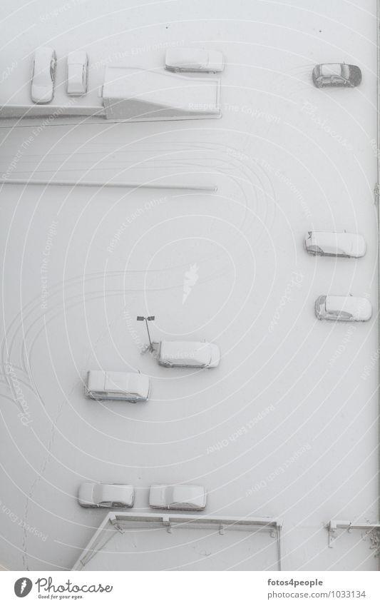 falsch gespurt weiß ruhig kalt Schnee Wege & Pfade Ordnung PKW hoch ästhetisch Pause Höhenangst Mobilität bizarr Surrealismus Parkplatz stagnierend