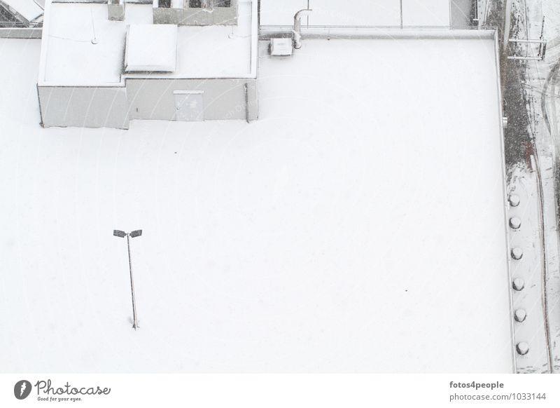 Ruhetag Winter Schnee Parkhaus Mauer Wand Tür Dach weiß Einsamkeit kalt ruhig Hausmeister Parkdeck Straßenbeleuchtung Ruhestand Textfreiraum rechts High Key