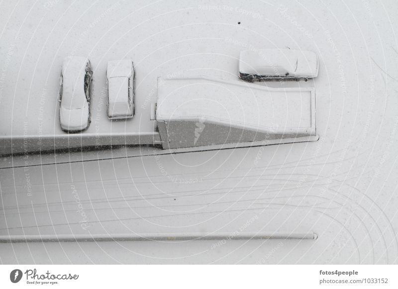 Pompeji ruhig Winter Schnee Schneefall Parkdeck Wege & Pfade PKW kalt trist grau weiß Gelassenheit Trägheit Klima Ordnung Pause rein Surrealismus