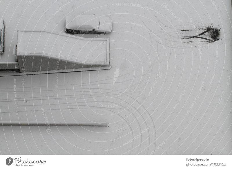 ruhender Verkehr Winter Schnee Schneefall Parkhaus Wege & Pfade PKW kalt grau weiß ruhig Einsamkeit stagnierend Parkplatz Schneedecke Reifenspuren Schneespur