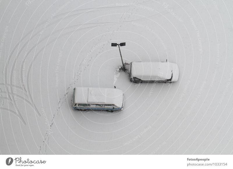 Stunde Null Einsamkeit ruhig Winter Schnee grau 2 PKW 3 Straßenbeleuchtung bizarr Fußspur Autofahren Ruhestand stagnierend Reifenspuren Schneedecke