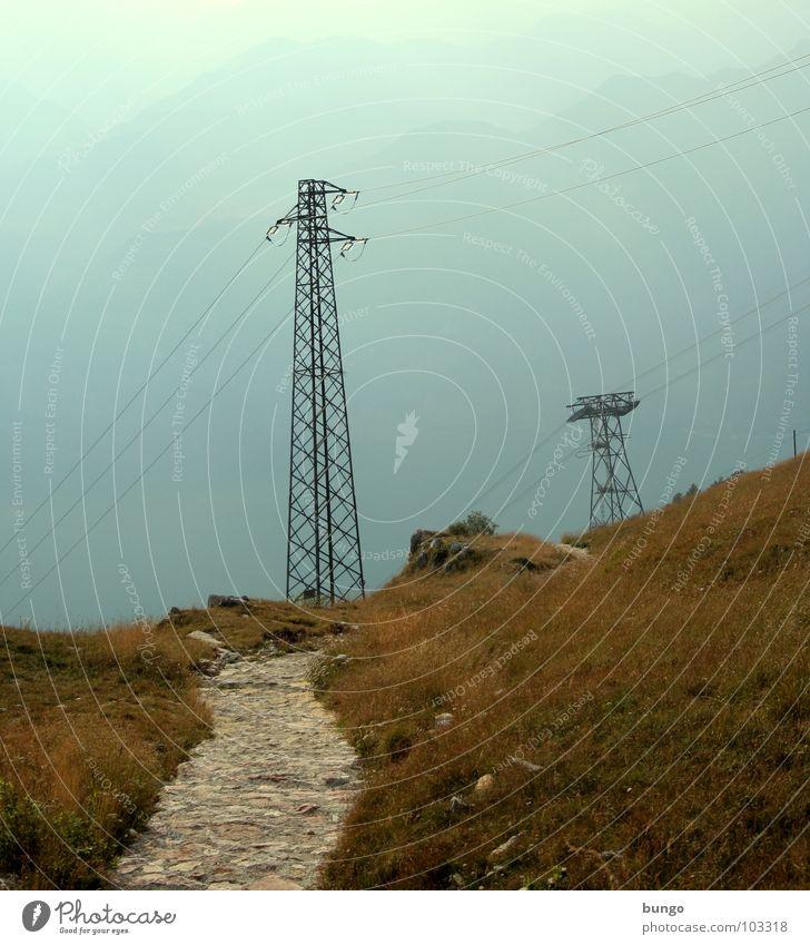 Postkarte für Beagle Einsamkeit Straße Gras Berge u. Gebirge Stein Wege & Pfade gehen Nebel laufen Felsen Energiewirtschaft Elektrizität Kabel Ziel Italien