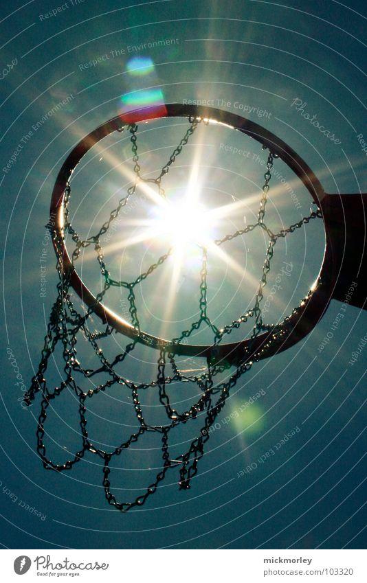 basket in the sun Stahl Basketballkorb Sommer Spielen stoppen Dribbling Captain Hook Sport Sonne Himmel Netz Kette Kreis Ball streetball genießen Leben Aktion
