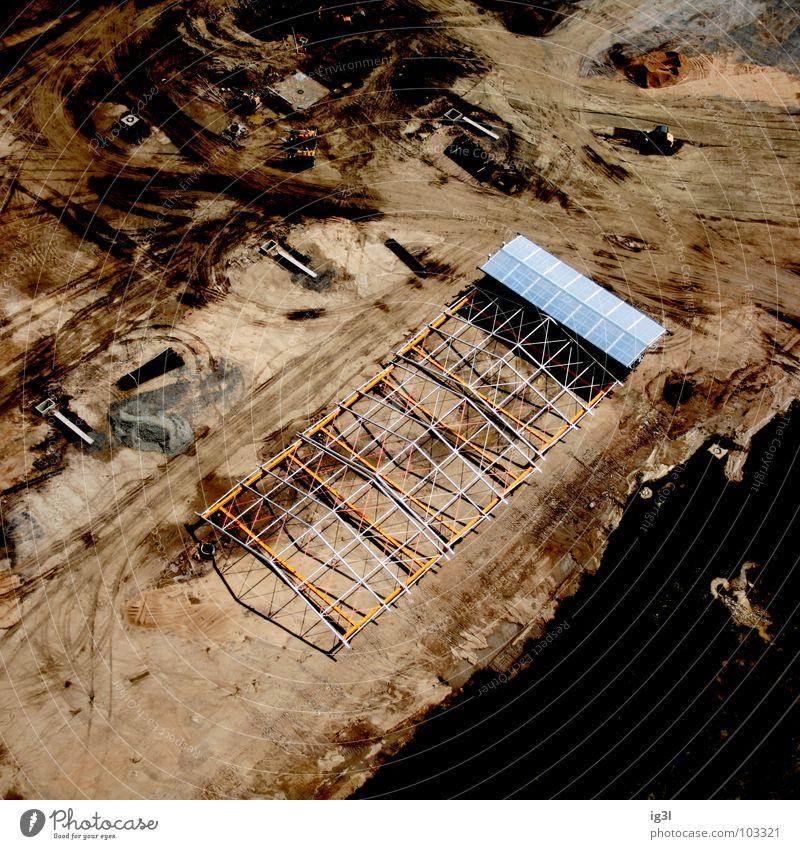 work in process Baustelle Arbeit & Erwerbstätigkeit produzieren bauen Design parallel Streifen ausrichten Bagger Baufahrzeug Lehm braun Teilung Trennung