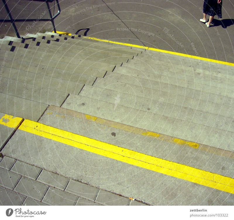 Treppe gelb Streifen Wade abwärts aufwärts aufsteigen Abstieg Niveau Etage Zugang signalgelb Fuge Detailaufnahme Frau Fuß Verschiedenheit Bahnhof Wege & Pfade