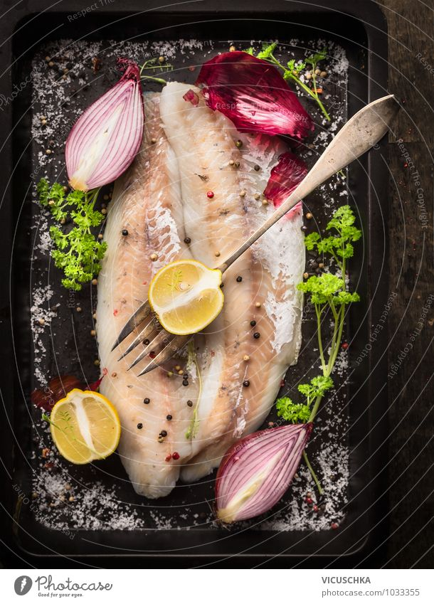 Fischfilet mit Zitrone und rote Zwiebel grün Gesunde Ernährung schwarz Leben Stil Lebensmittel Foodfotografie Design Tisch Küche Kräuter & Gewürze Bioprodukte