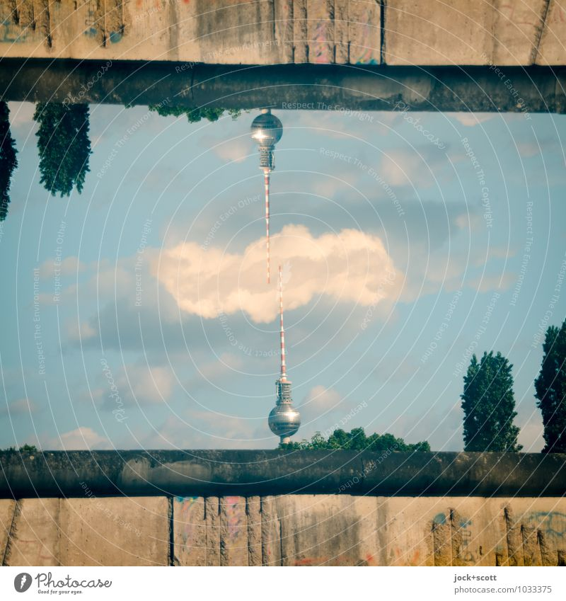 Nadelkissen Sommer Baum Wolken Wand Mauer Teilung Grenze Wahrzeichen Irritation Surrealismus Doppelbelichtung DDR Sightseeing Inspiration Berlin-Mitte Symmetrie