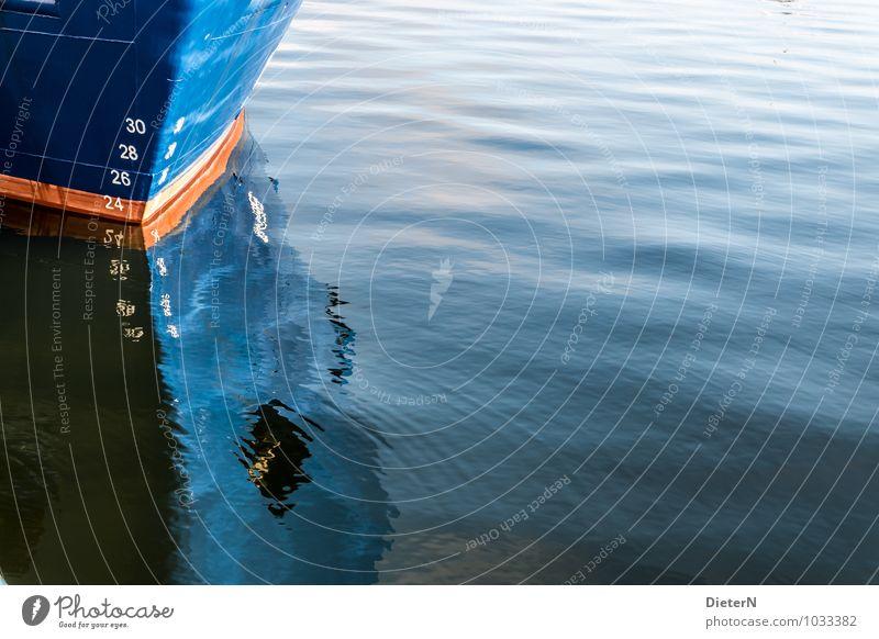 Bug Schifffahrt Wasserfahrzeug blau orange weiß Schiffsbug Ziffern & Zahlen Spiegelbild Wellen Spitze Farbfoto Außenaufnahme Menschenleer Textfreiraum links