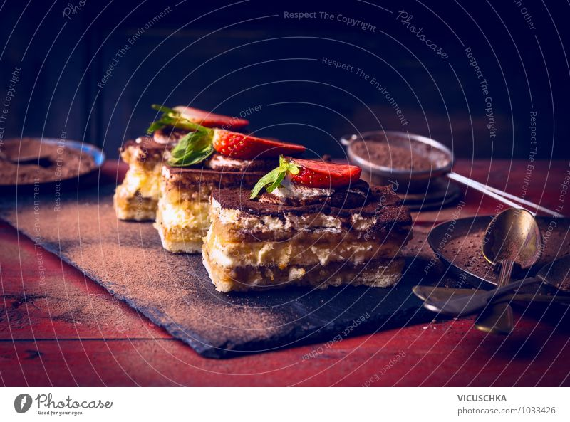 Tiramisu mit Erdbeeren auf rotem Holztisch alt blau dunkel Farbstoff Stil Essen Lebensmittel Foodfotografie Freizeit & Hobby Design elegant Ernährung Niveau