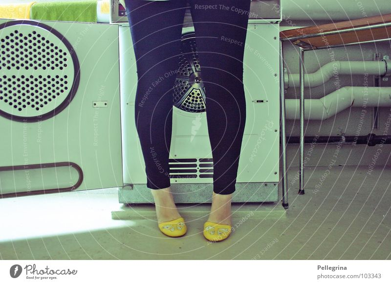 welcome to the washsaloon cowboy! Frau Beine Fuß Schuhe Wäsche waschen Siebziger Jahre Waschmaschine Fünfziger Jahre Waschtag
