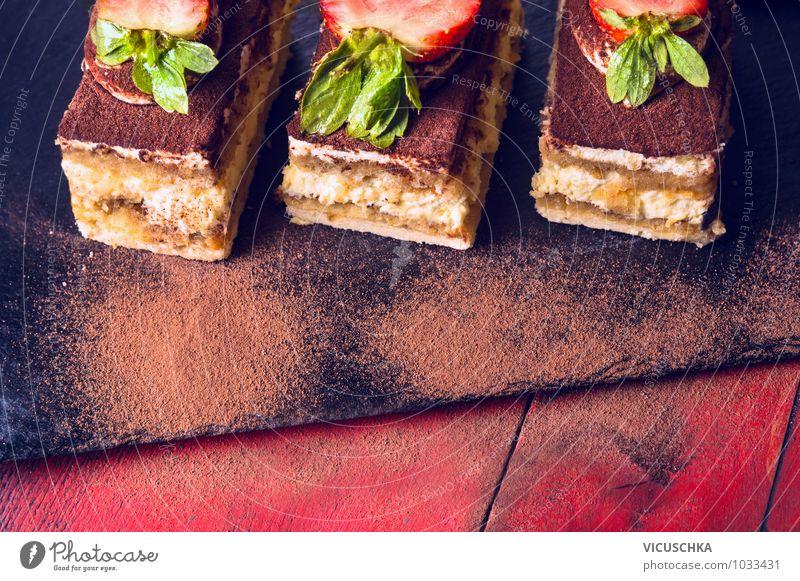 Drei Tiramisu Kuchen mit Erdbeeren und Schokolade Farbe rot Stil Lebensmittel Foodfotografie Design Frucht genießen Tisch Ernährung Küche Kuchen Schokolade Diät Dessert Vegetarische Ernährung