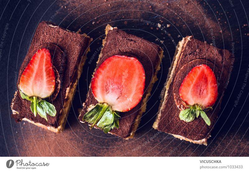 Schokoladen Tiramisu Kuchen mit Erdbeeren auf schwarzem Schiefer Lebensmittel Teigwaren Backwaren Dessert Ernährung Kaffeetrinken Bioprodukte