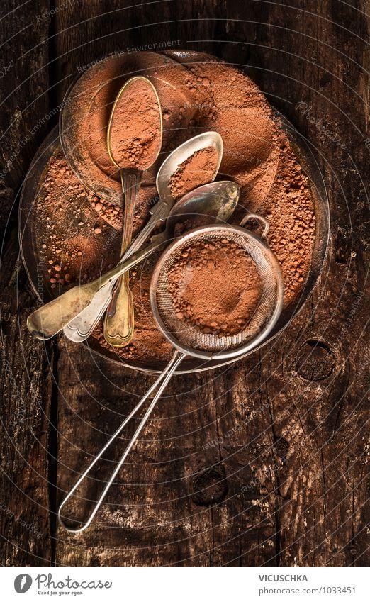 Schokolade Pulver mit alte Löffel und Sieb schön dunkel Foodfotografie Stil Lifestyle Holz Lebensmittel Metall Design Ernährung retro Küche Süßwaren Geschirr
